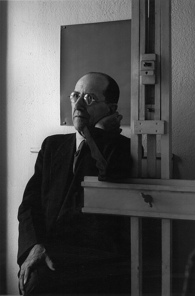 portrait-of-dutch-painter-piet-mondrian-leaning-on-his-news-photo