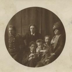 W. Majakowski (unten links) bei Kusmins, 1912 © Majakowski-Museum, mit freundlicher Genehmigung des Museums