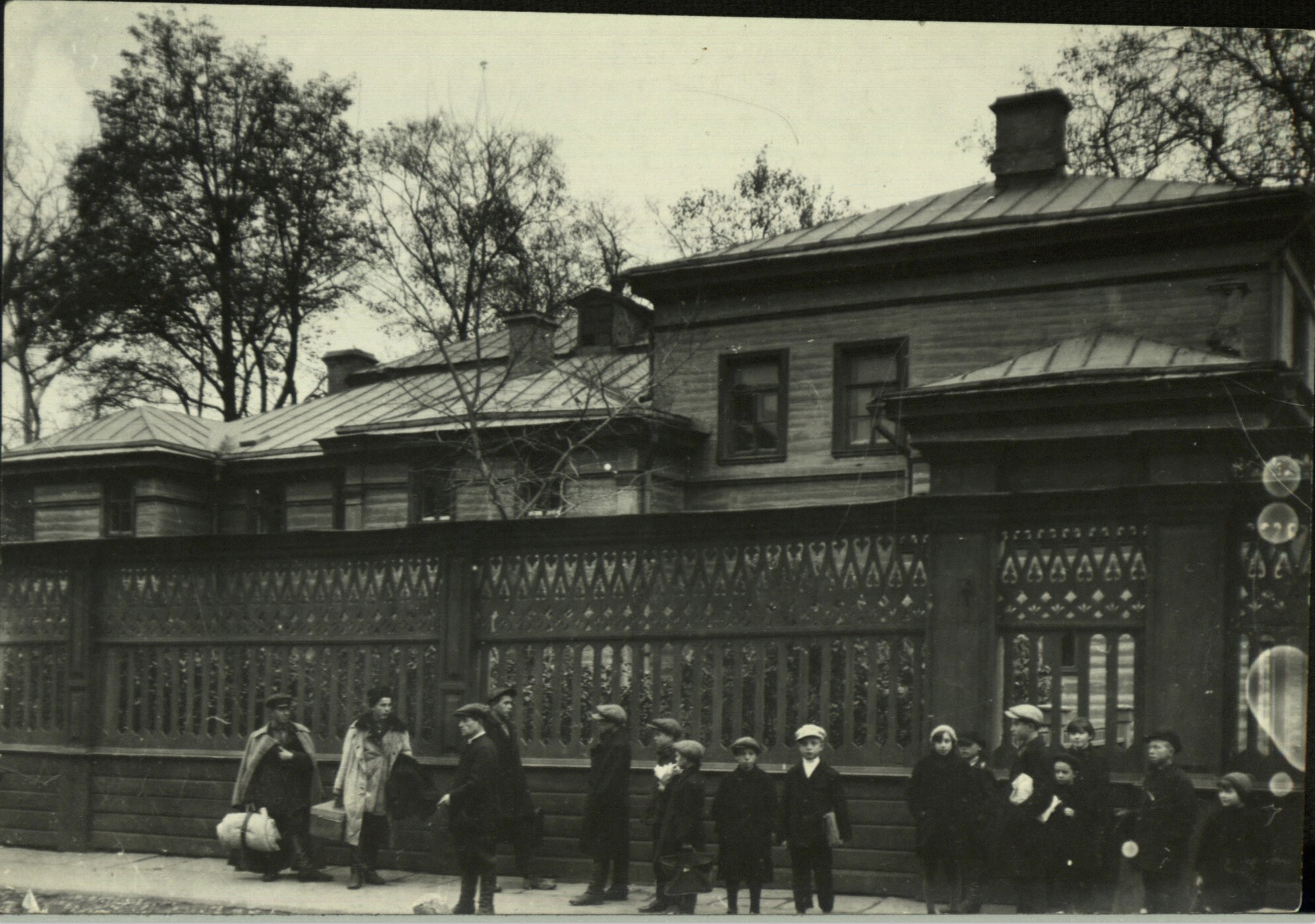 Margaret Bourke-White, Family mansion of Russian novelist Leo Tolstoy where school children are gathered on sidewalk outside the grounds (Iasnaia Polania, 1931)