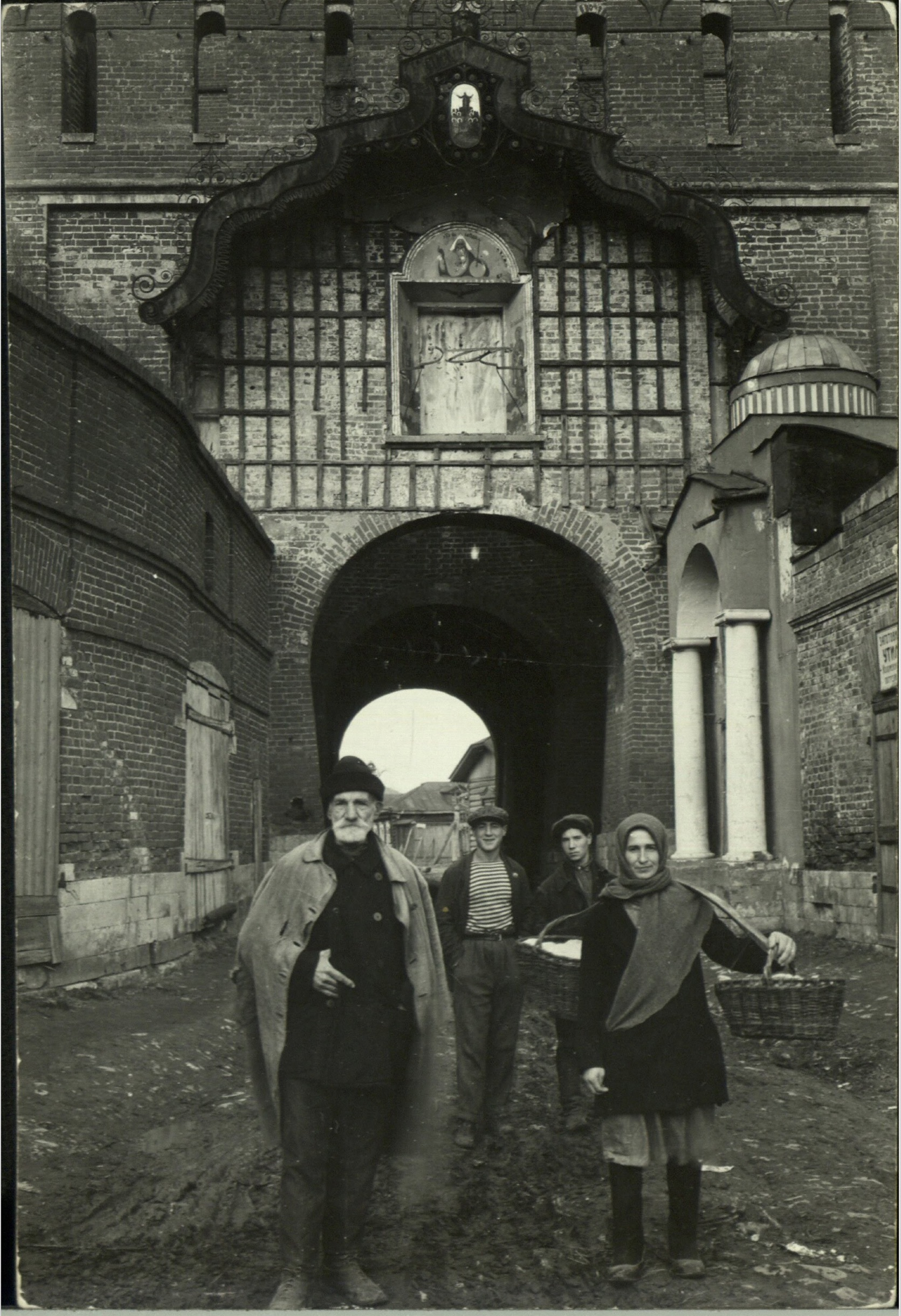 Margaret Bourke-White, Russian peasants posing in front of open gateway arch leading into the city (Kolomna, 1931)