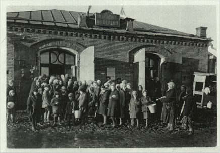 Margaret Bourke-White, Russian women w. children lined up outside store where they can get meager foodstuffs in Siberia (Magnitogorsk, 1931)