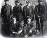 Hendrik de Man als arbeider tussen 5 andere arbeiders tijdens een verblijf in Schotland, jaren 1910