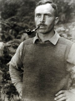 Hendrik de Man met pijp in Whidley Island, Verenigde Staten van Amerika, augustus 1920