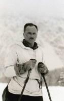Zwart-witfoto van Hendrik de Man op de ski's in La Clusaz (Aravismassief) in de Haute Savoie in Frankrijk. 1941