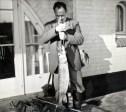 Zwart-witfoto van Hendrik de Man toont zijn visvangst, een snoek van 6 kg. Limal, (Allerheiligen) november 1940