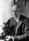 Vogt, Oskar (*06.04.1870-+) , Hirnforscher, D, - Halbportrait hinter dem Mikroskop, - 1931
