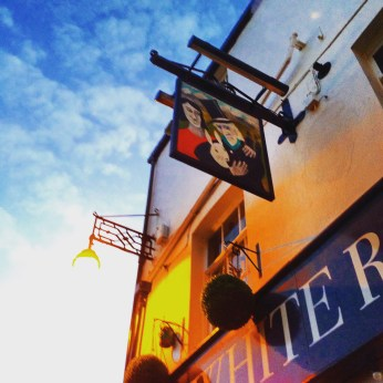 An Alice in Wonderland named pub that serves pizza?!? How could we not?
