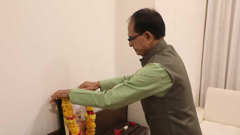 Chief Minister Shri Chouhan garlanded the portrait of Jan-Nayak Birsa Munda