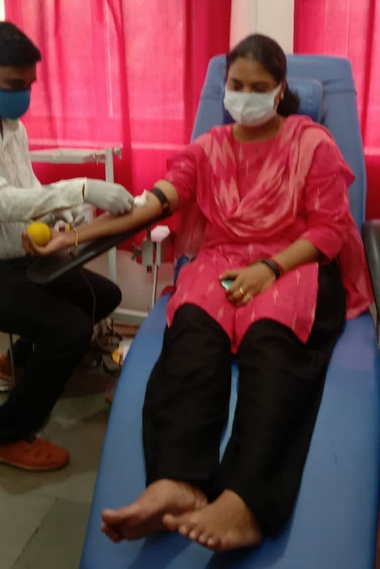 Collector set an example of humanity, donated blood for the girl child amid hospital inspection