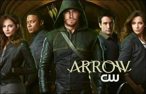 Stephen Amell (Green Arrow/Oliver Queen) entouré du reste du casting (dont l'insupportable Katie Cassidy >_<)