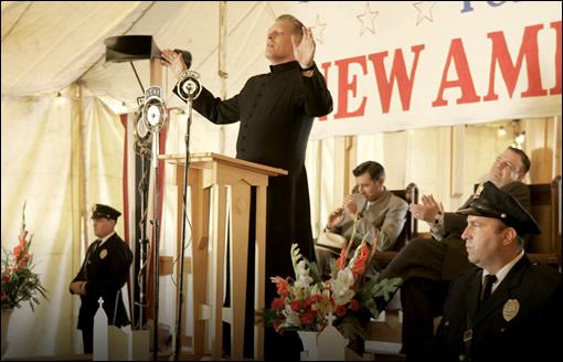 Le frère Justin en plein sermon radiophonique