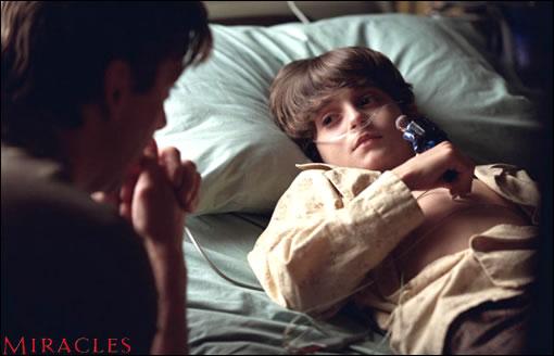 Paul au chevet de Tommy, le petit garçon qui va chambouler toute sa vie