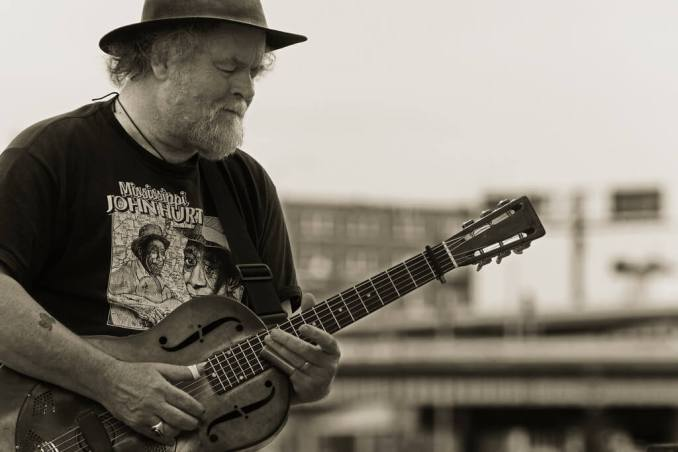 Musician in the street - Credit Photo : Ian Sane (Flickr)