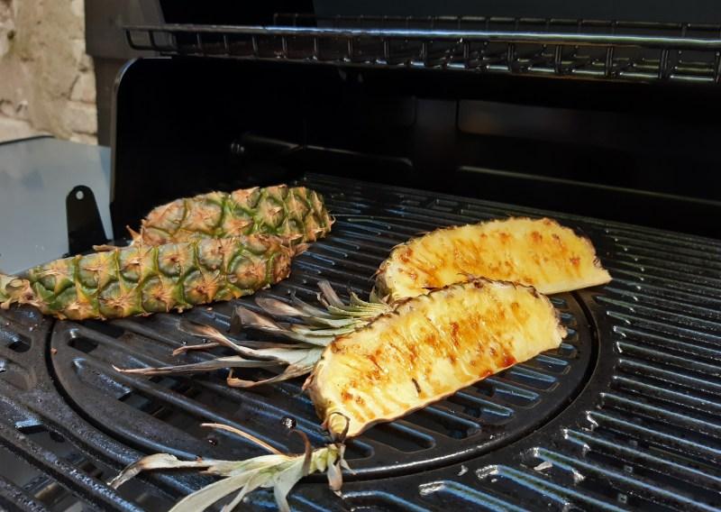 Recept gegrilde ananas van de BBQ met bruine rum en karamel pecannotenijs