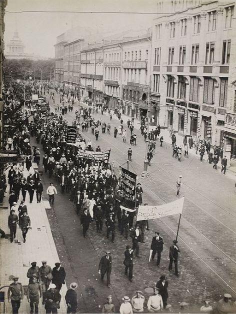 -Factory_delegation-,_Petrograd_(April_1917)_(14357611873)