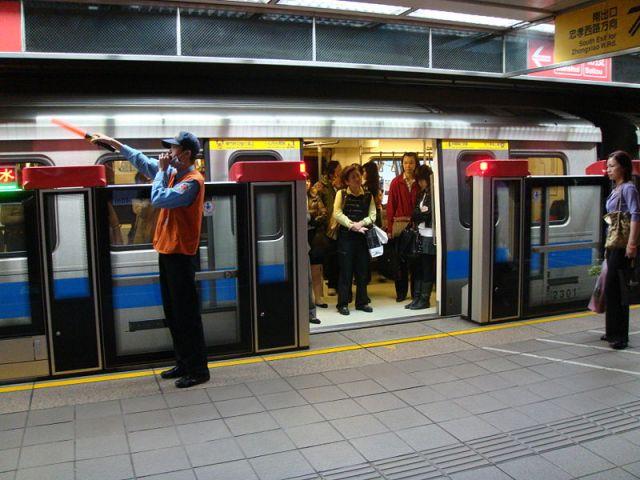 800px-TaipeiMetro-PlatformStaff