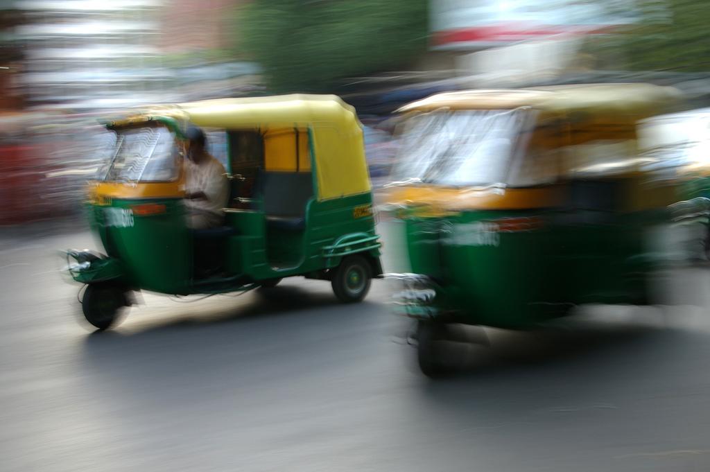Hindistan'da şehir içi ulaşımda yoğun olarak kullanılan motorlu rikşalar. Fotoğraf: Aaron Minnick