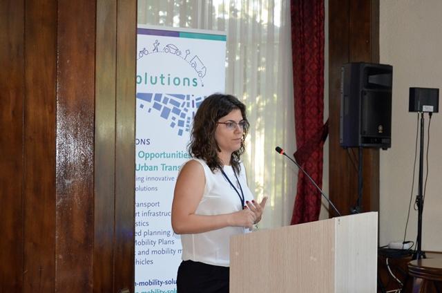 EMBARQ Türkiye Program ve Projeler Koordinatörü Pınar Köse, Kocaeli'de gerçekleştirilen SOLUTIONS Çalıştayı'nın açılış konuşmasını yapıyor.