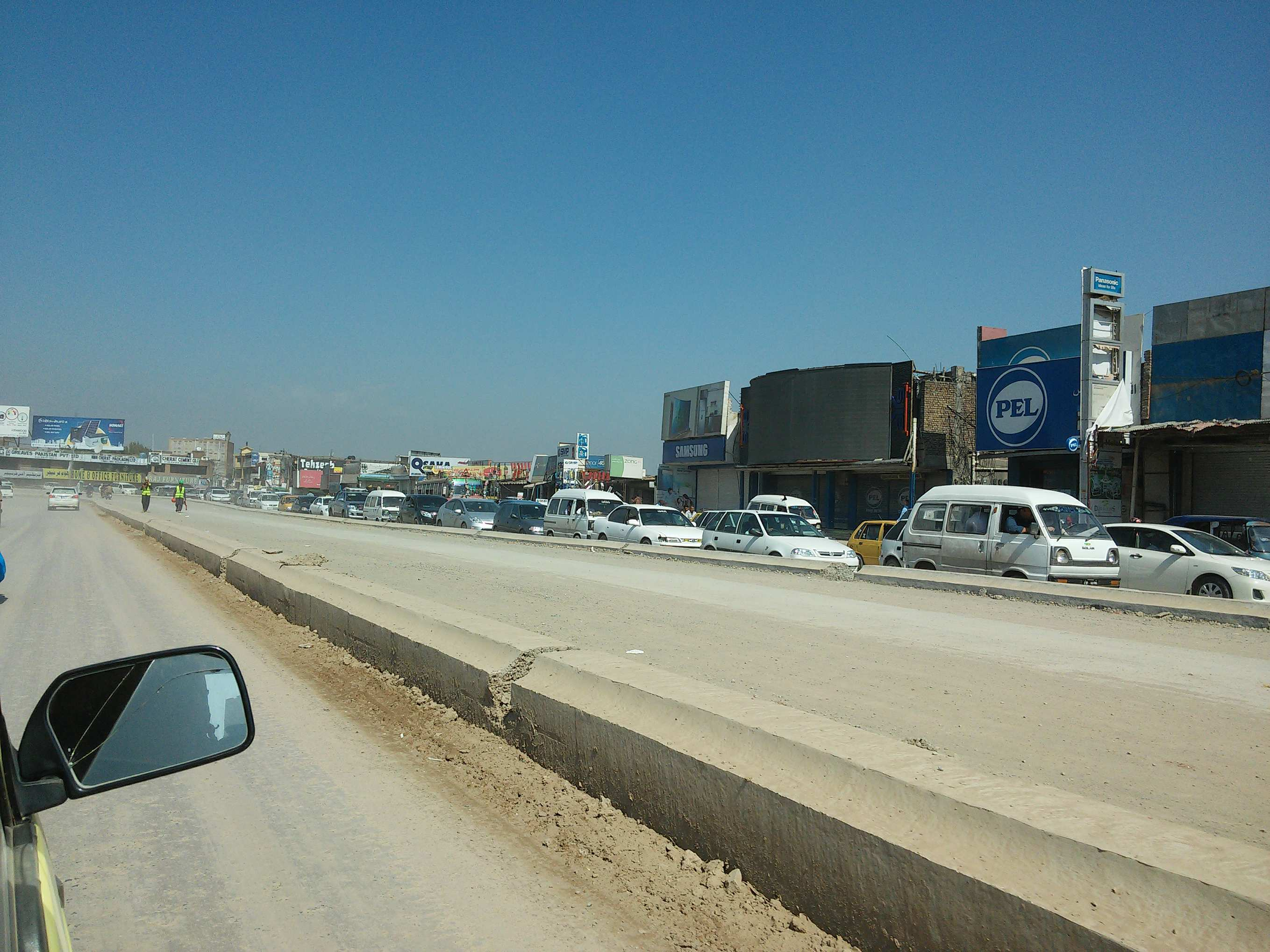 Heavy traffic along the freeway, lots of cars banked up as far as the eye can see. [Photo by: Marx Bär]