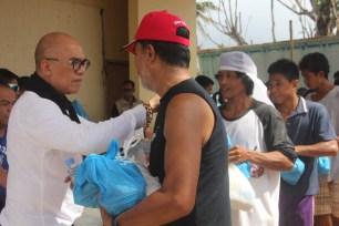 MYNP Founder and Chairman Boy Abunda distributing relief packs.