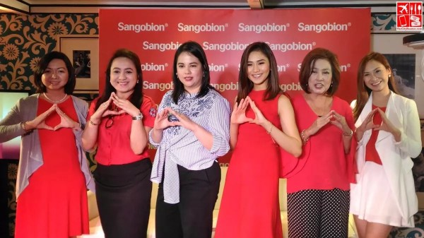 Sarah Geronimo with Merck Marketing Director Ming Arroyo-Cunanan, Director of the Philippine Red Cross National Blood Services Dr. Christie Monina Nalupta, Chairperson of the UST Hospital Department of Obstetrics and Gynecology Dr. Corazon Zaida Gamilla, and host Patty Laurel Filart.