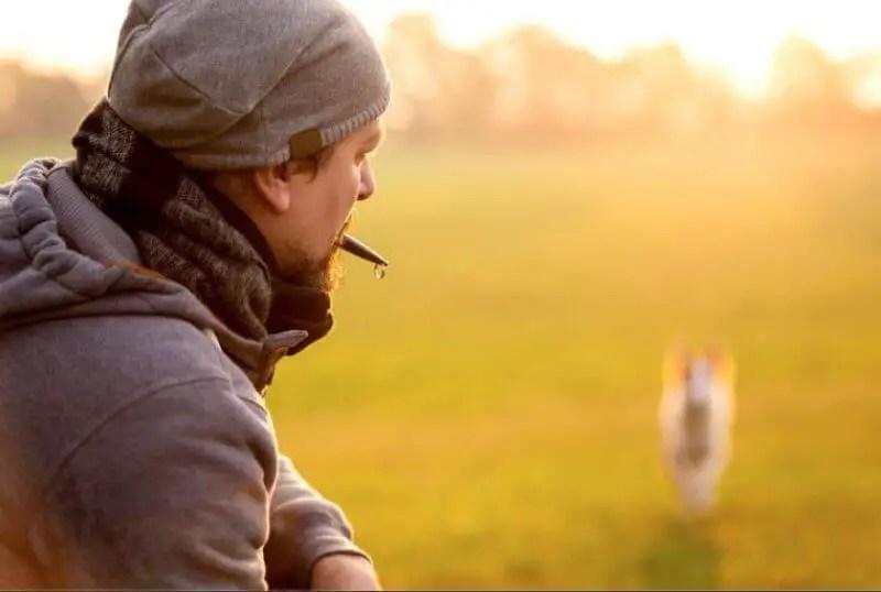 Proprietario di cane durante sessione di addestramento del cane con un Fischietto ad Ultrasuoni Per Cani