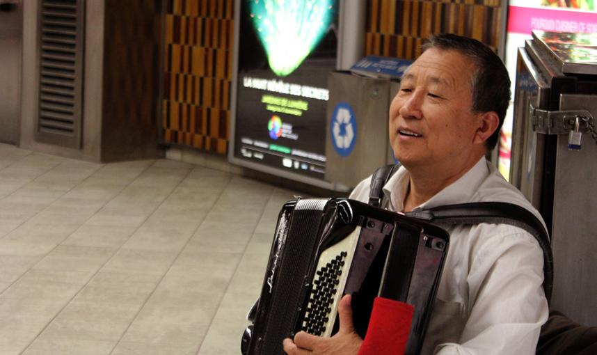 Jian Bin performs at Guy-Concordia Métro. Photo by Nathalie Laflamme.