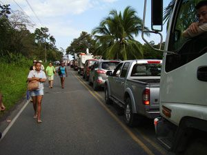 long line of vehicles in puerto viejo