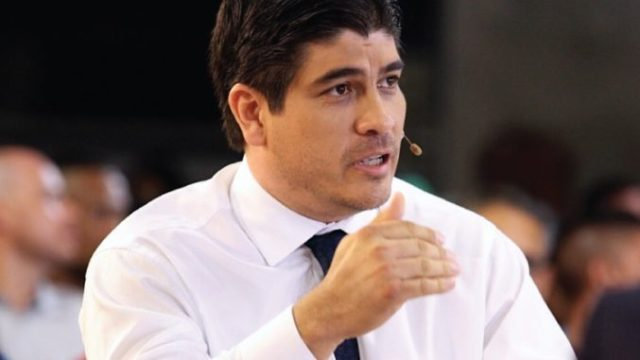 Carlos Alvarado explaining his government plan