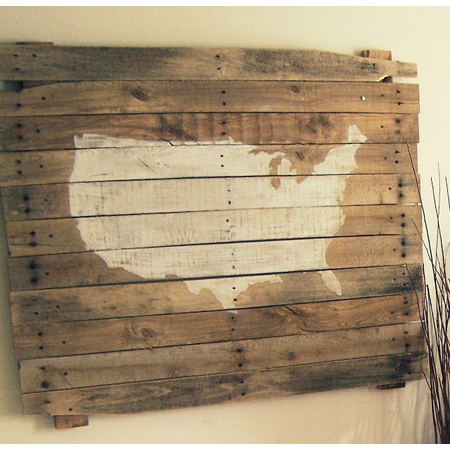 This only thing this reclaimed pallet needed was some paint and a stencil of the USA for a gorgeous wall art piece by Kelly Simon Says