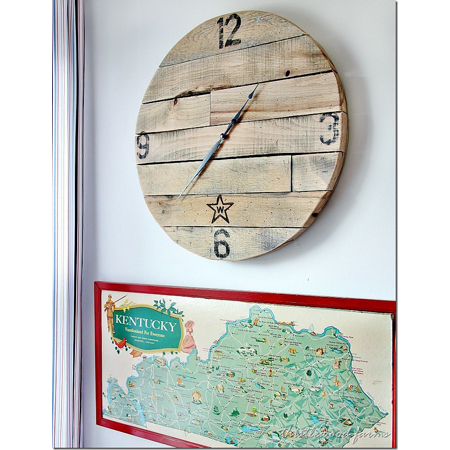 Thistlewood Farms made this stunning pallet wood clock - an amazing DIY project