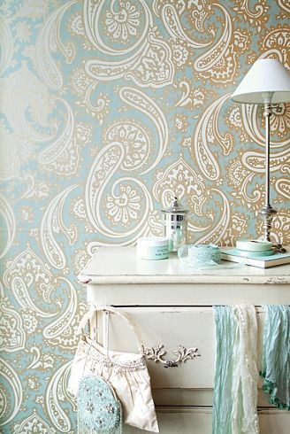The aqua, gold, and white paisley design of this wallpaper is stunning