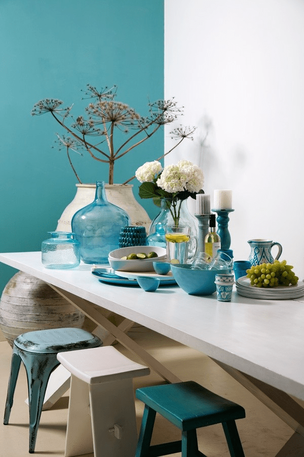 this simple table setting uses different shades of aqua paired with white for a simple yet dramatic look