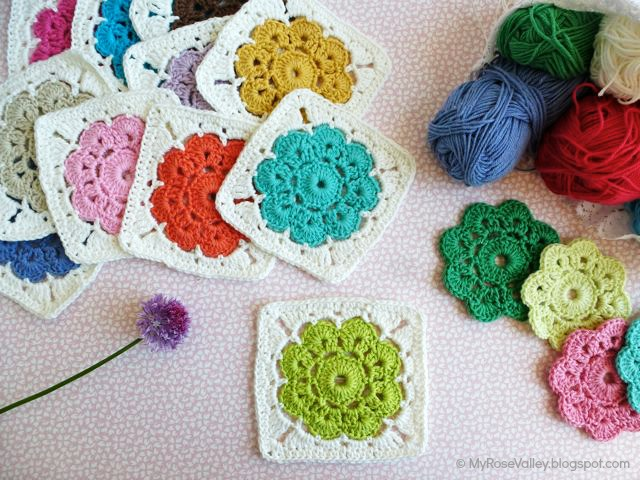 These simple granny squares crocheted with a colored flower in the center are minimalistic and so cute.