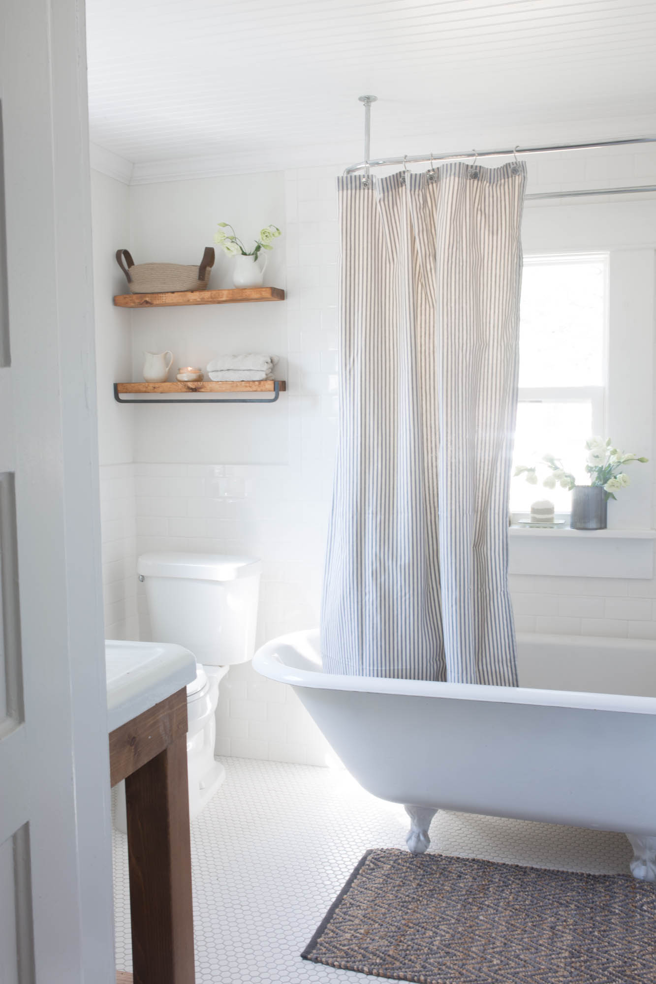 This simple and minimal farmhouse style bathroom is so sleek, making it a gorgeous space
