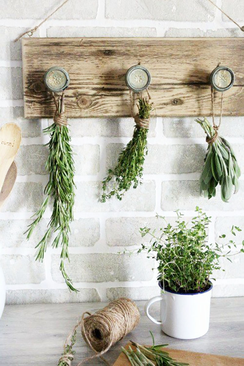 Time for some Budget Friendly Quick & Easy Farmhouse DIYS that are absolutely fabulous!  Each one of these creations will be amazing in your home.