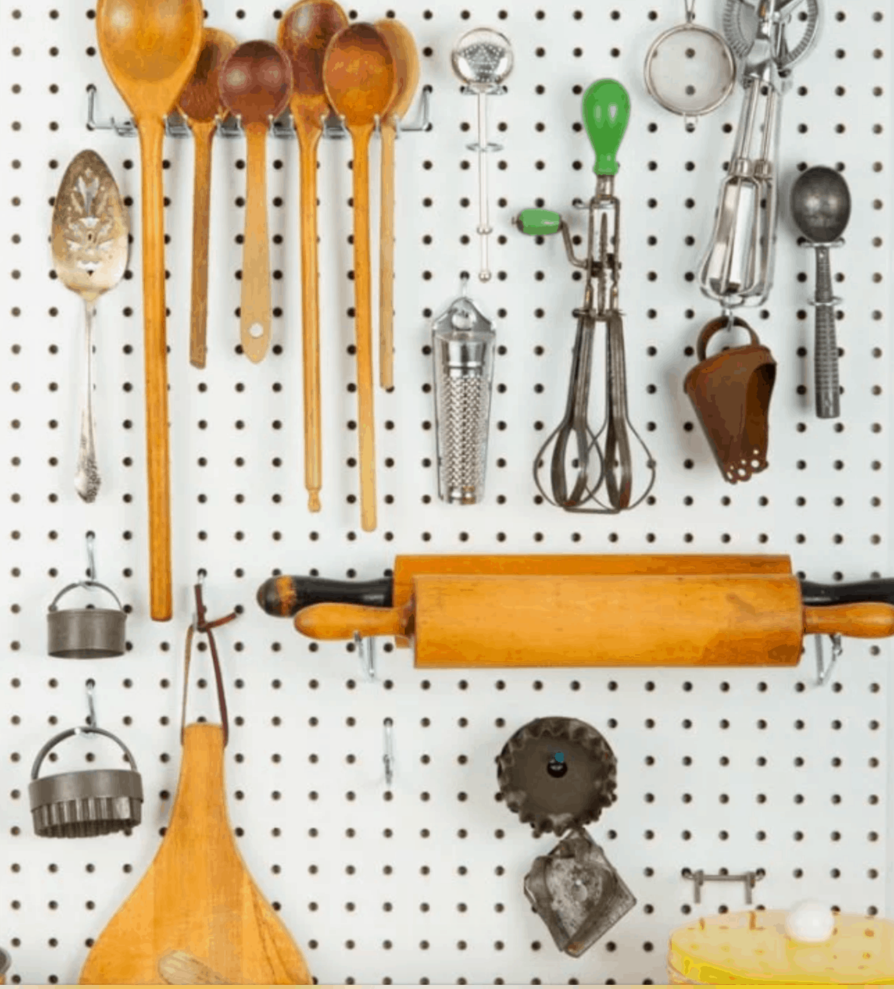 These 12 Ways to Organize Your Kitchen in 10 Minutes or Less are going to have you totally organized in no time! You won't believe what these little difference will make in your daily Kitchen Life!