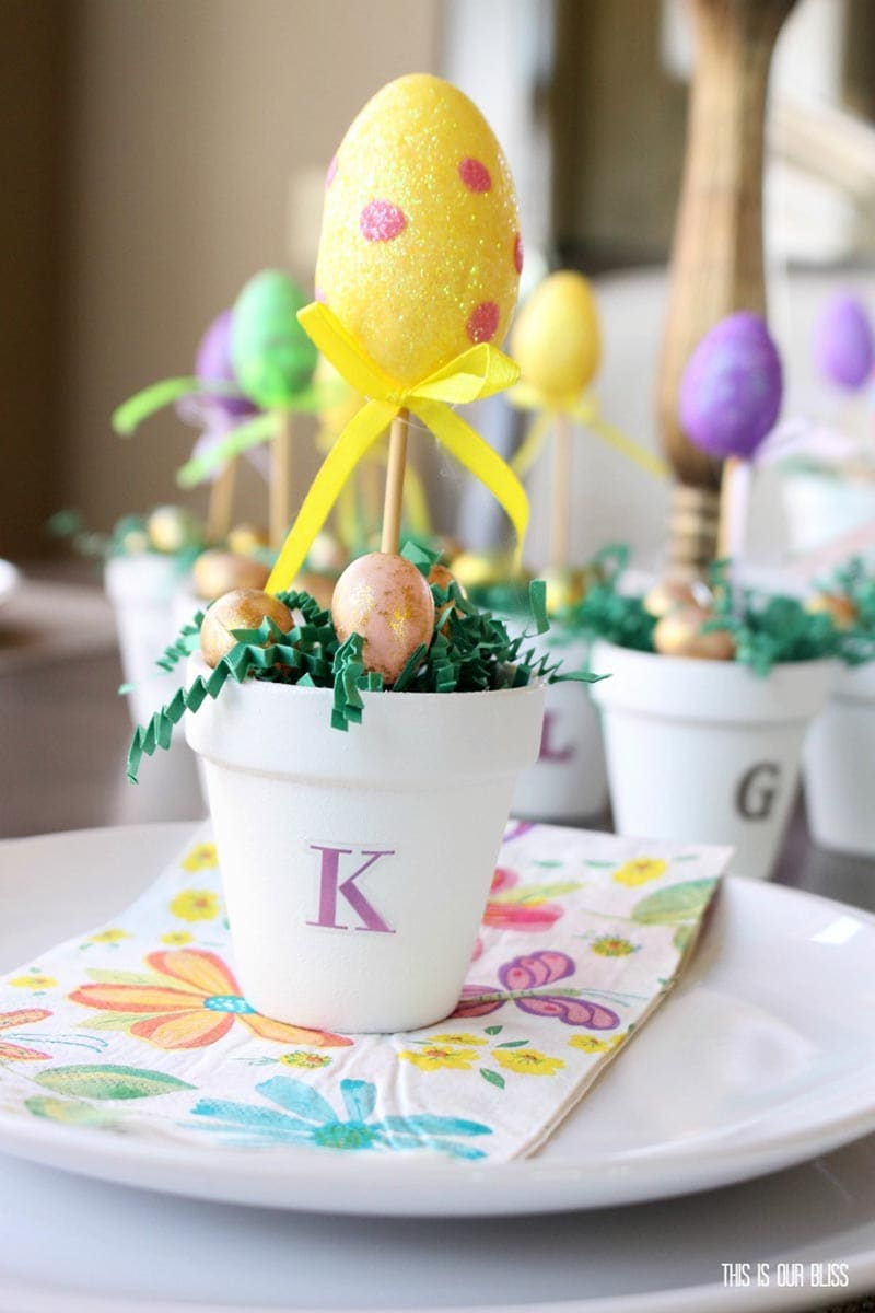 These Top Spring and Easter Dollar Store Hacks are so pretty... very easy to make and totally budget friendly.