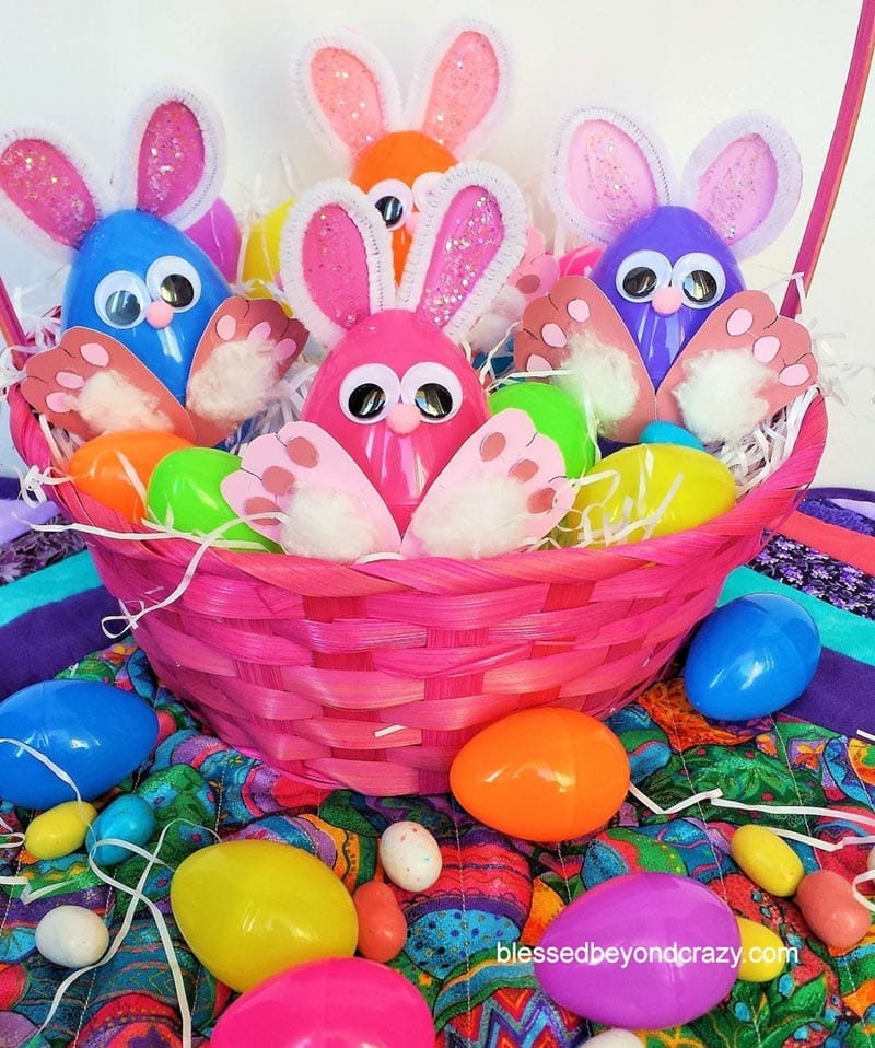These Fabulous Plastic Egg Crafts are simply perfect for the whole family.  There is something for everyone from Farmhouse Twine Eggs to Aliens for the Kids and more!