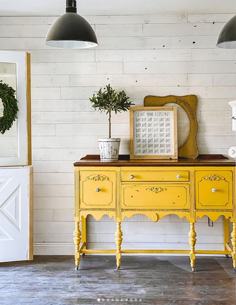 Check out these Fabulous ways to decorate with Pantone's Colors of the Year with a touch of Farmhouse Style. Ultimate Gray and Illuminating have so many possibilities.