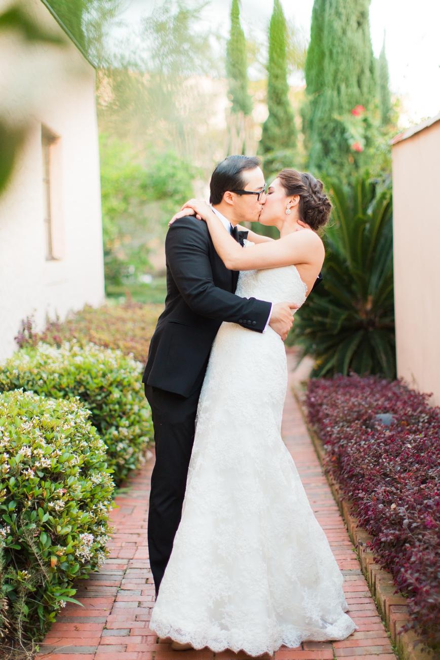 houston parador wedding bride and groom kiss