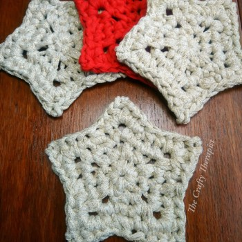 Red and gold crochet stars on wood, free crochet pattern eco crochet
