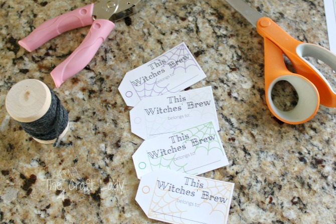 Halloween Entertaining made Simple - these FREE printable drink tags are perfect for your Halloween Party this year