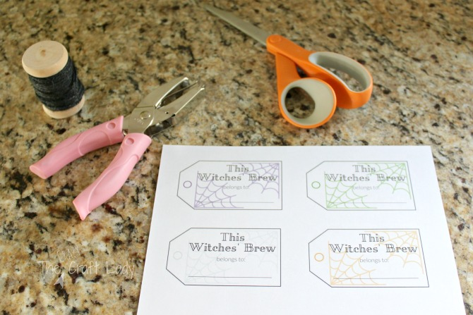 Halloween Entertaining made Simple - use these FREE printable drink tags for your Halloween Party this year