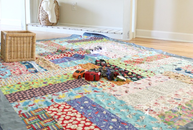 The easiest way to make an iSpy quilt for kids - follow this simple ispy quilt pattern that can be customized to any size