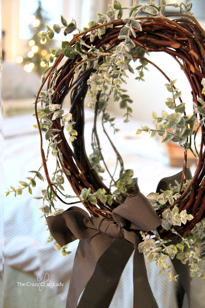 Easy and Inexpensive Winter Decorating Ideas - How to make a simple winter wreath