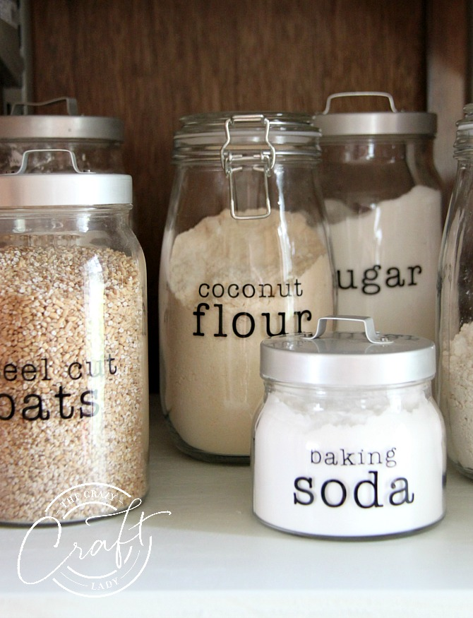 Follow this tutorial to customize your own DIY pantry labels. Using a cricut machine and black vinyl, you can make your own glass jar labels for your kitchen.
