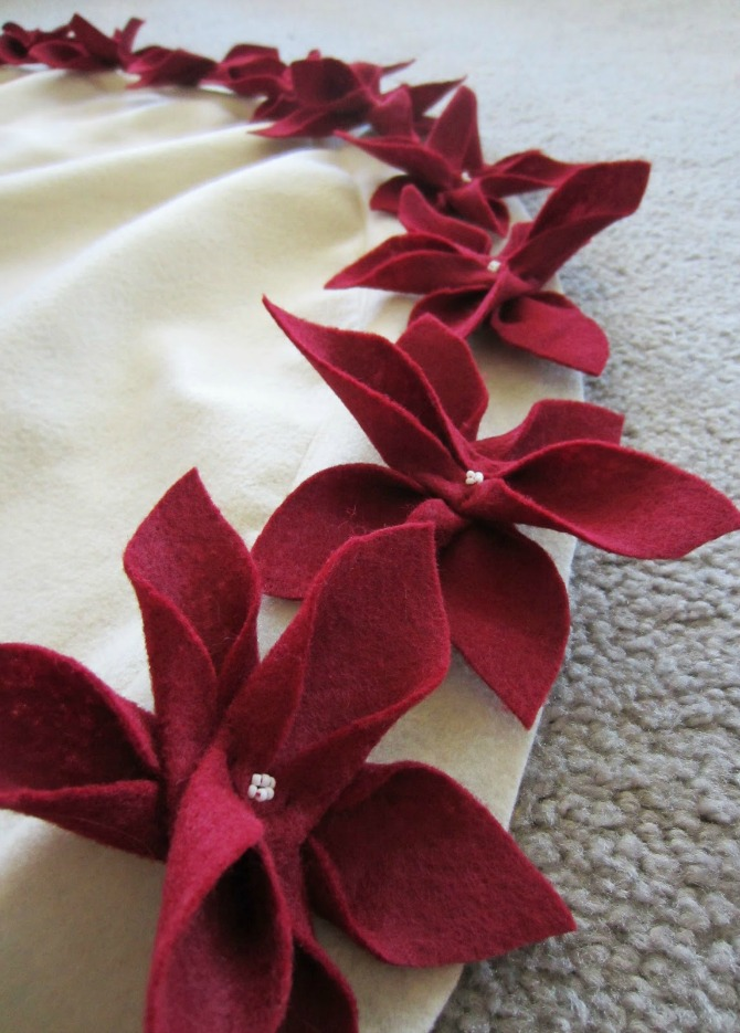 DIY Christmas Tree Skirt Ideas: Poinsettia Christmas Tree Skirt from Life Like Honey