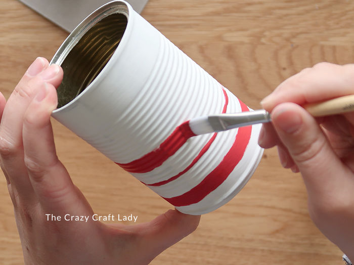 paint red lines on tin can at varying intervals