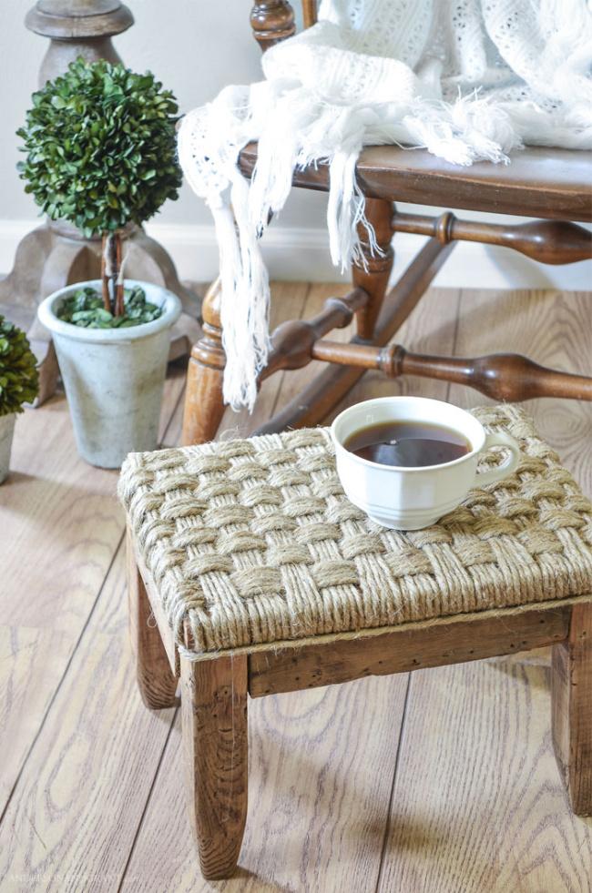 O banquinho de madeira rústica passa por uma transformação com barbante